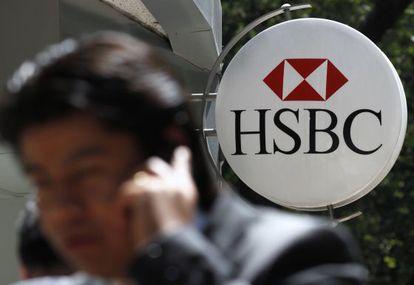 Un hombre habla por el móvil junto a una oficina de HSBC