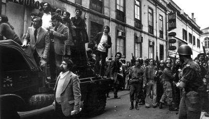 Cardoso Pires, dalt del camió, recolzant-se amb la mà, en la revolució dels clavells que acabà amb la dictadura de Salazar, amb els soldats contenint com podien la gent.