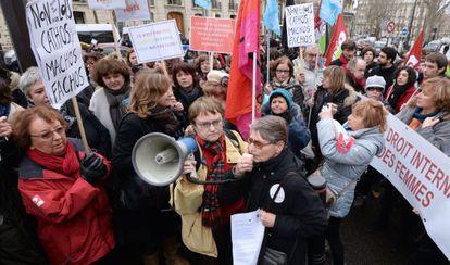 Protesta ante la Embajada de España en París por el cambio en la ley del aborto.