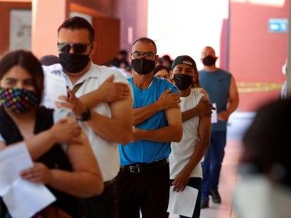 Una fila de personas, tras recibir la dosis de Johnson & Johnson, en Tijuana.