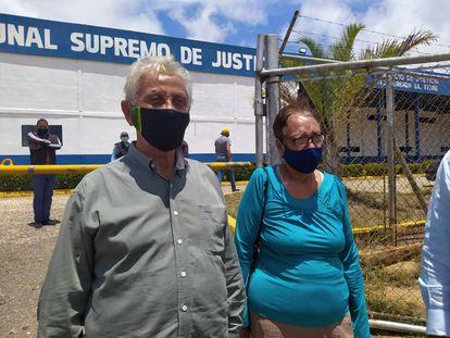 La periodista Milagros Mata Gil y el novelista Juan Manuel Muñoz al salir del Tribunal de Justicia, este jueves.