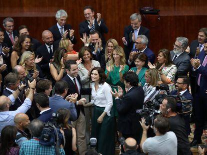 Isabel Díaz Ayuso, felicitada por representantes del PP.