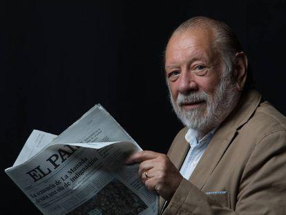 Alberto Collados con un ejemplar de EL PAÍS.