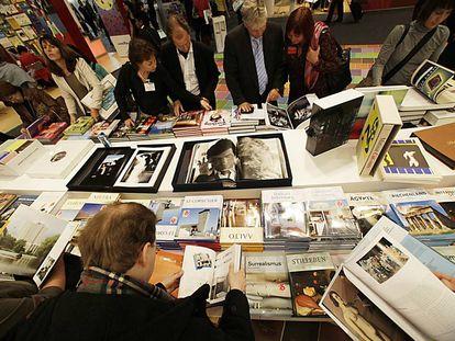 Visitantes hojean libros en la Feria de Libro de Fráncfort de 2009.
