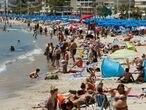 GRAF2518. BENIDORM (ALICANTE), 02/06/2019.- Cientos de turistas acuden a las playas levantinas como la de Levante en Benidorm en una jornada marcada por las altas temperaturas. EFE / Manuel Lorenzo