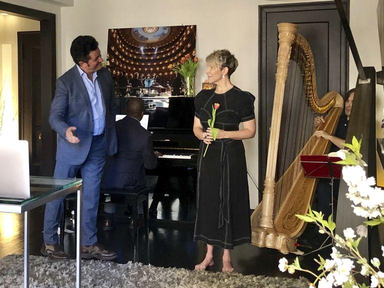 De izquierda a derecha, el tenor Piotr Beczala, el director Howard Watkins (al piano), la soprano Joyce DiDonato y el harpa Emmanuel Ceysson, en casa de DiDonato interpretando extractos de Manon tras la suspensión de la obra en el Metropolitan.