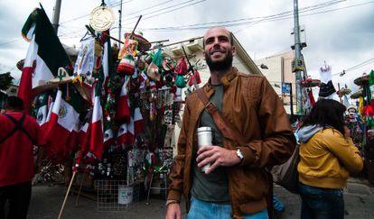 Guillermo Almeida en un mercadillo de México DF.