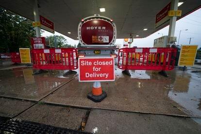 Una gasolinera en la ciudad británica de Mánchester que permanece cerrada desde el lunes.