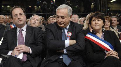 Strauss-Kahn, flanqueado por François Hollande y Martine Aubry, en un acto electoral.