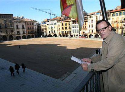 Josep M. Vila d'Abadal, ayer en el balcón de su despacho en el Ayuntamiento.
