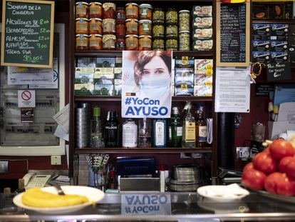 Cartel de apoyo a Isabel Díaz Ayuso en el bar 'La Parroquia' de Chamartín.