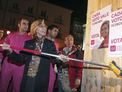 Rosa Díez coloca un cartel de UPyD en el arranque de la campaña electoral de 2011.