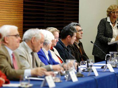 La alcaldesa de Madrid, Manuel Carmena (derecha), en la presentación de los miembros del Comisionado de la Memoria Histórica en mayo.