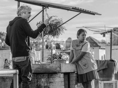 Alfonso Cuaron durante el rodaje de 'Roma'. En vídeo, tráiler de la película.