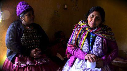 Lucia Santos Coyoi le cuenta a su amiga Luisa que ha sido estafada por un falso buscador de migrantes.