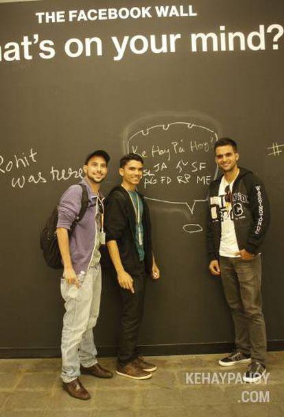 De izquierda a derecha: León, Hernández y Santana en la sede de Facebook.