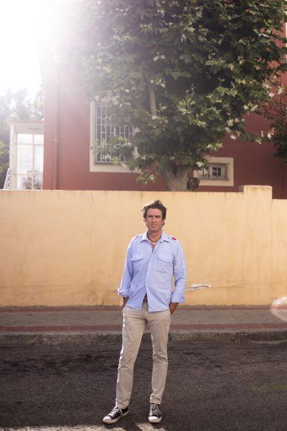 Juan Garaizabal posa junto a la vivienda unifamiliar en la que vivió durante su infancia y adolescencia en la colonia El Viso de Madrid.