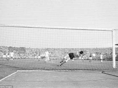 Colonna detiene el penalti a Mateos.