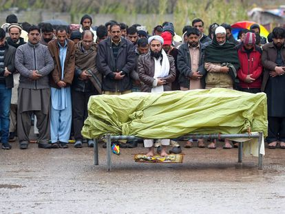 Los familiares de una víctima paquistaní oran en su funeral, asesinada durante el intercambio de bombardeos entre India y Pakistán, en Islamabad.