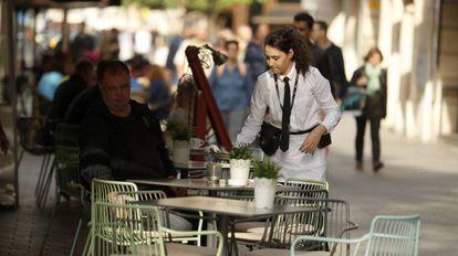 Una camarera, trabajando en Barcelona.