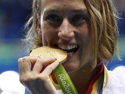 Mireia Belmonte con la medalla de oro.