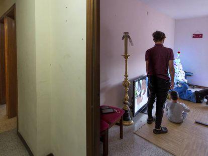 La familia ocupa en una de las habitaciones de su vivienda de Ciutat Meridiana