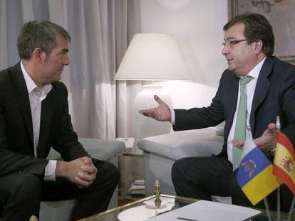 Los presidentes de Canarias, Fernando Clavijo (i), y Extremadura, Guillermo Fernández Vara.