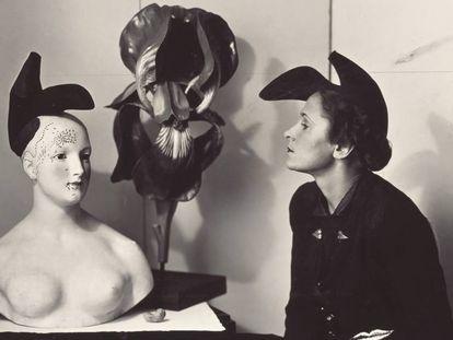 Gala, en un retrato de 1938, luciendo el sombrero-zapato  de Elsa Schiaparelli inspirado en un diseño de Salvador Dalí.