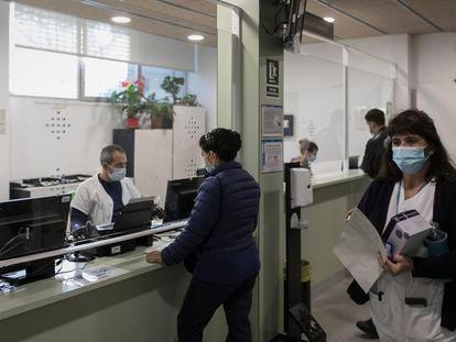 Una mujer es atendida en el mostrador del CAP Besòs.