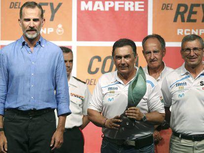 El rey Felipe VI junto a Pedro Campos durante la entrega de trofeos de la Copa Mapfre.