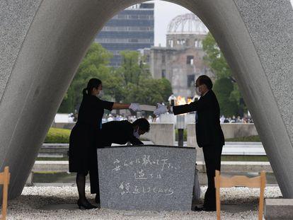 Una representante de las familias de las víctimas entrega una lista con los nombres de los fallecidos al alcalde Kazumi Matsui en la conmemoración del 75 aniversario del lanzamiento de la primera bomba atómica en Hiroshima.