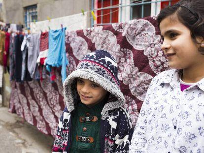 Isra y Nuri, dos hermanos de 11 y 9 años respectivamente que van a la escuela por la tarde en Gaziantep.