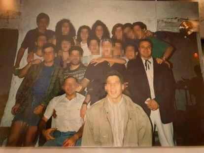Guillermo García, alias 'Willy', el profesor acusado de abusos en los maristas de Granada, a la derecha, con chaqueta, camisa blanca y un lazo negro en el cuello. La imagen es de un campamento de Ademar en Tocón de Quéntar, en 1988.