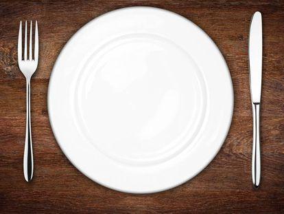 Un plato en medio de cubiertos.