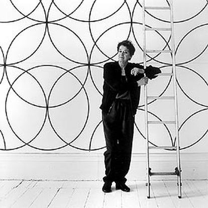 Bridget Riley, delante de <i>Composición con círculos </i><b>(2003), </b>el mural realizado para la Tate Britain.