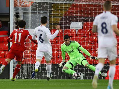 Courtois salva una clara ocasión de Salah al inicio del partido.