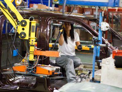 Una operaria trabaja en la cadena de montaje de la fábrica de Nissan en la Zona Franca de Barcelona.