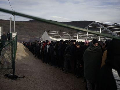 Numerosas personas hacen cola para obtener una ración de comida en el campo de refugiados de Lipa, en Bosnia, en febrero de 2021. La imagen está tomada por Eddie, uno de los residentes en este asentamiento, y facilitada por la ONG No Name Kitchen.