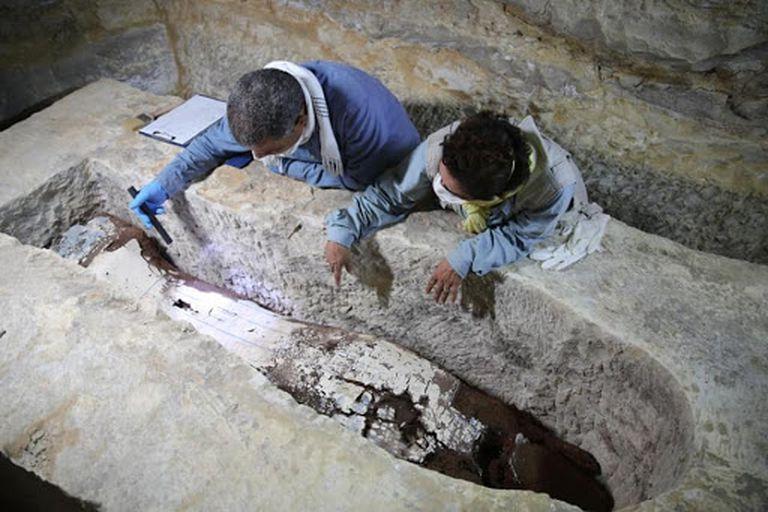 Ramadan Hussein y Salima Ikram, en el complejo de embalsamamiento en Saqqara.
