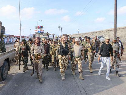 Tropas leales al Consejo de Transición del Sur se despliegan en la ciudad de Adén tras el anuncio de la autodeterminación.