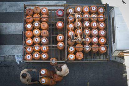 Repartidores de bombonas de butano el pasado jueves en Barcelona.