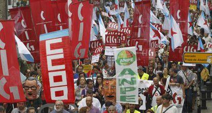 """Imagen de la marcha de miles de profesores que ayer se manifestaron a favor de una """"enseñanza pública de calidad""""."""