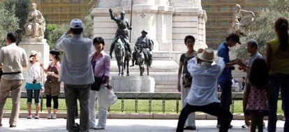 Turistas extranjeros se fotografían en la plaza de España este agosto.