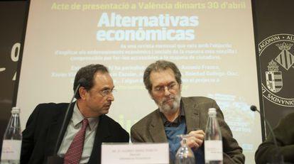 El catedrático Vicent Soler y el periodista Andreu Missé, durante la presentación de 'Alternativas Económicas'.