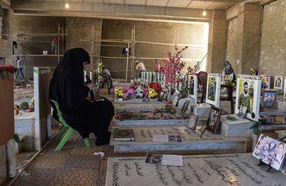 La viuda de un miliciano de Hezbolá visita la tumba de su marido en el nuevo cementerio en construcción de los mártires de Hezbolá en Dahie, periferia sur de Beirut.