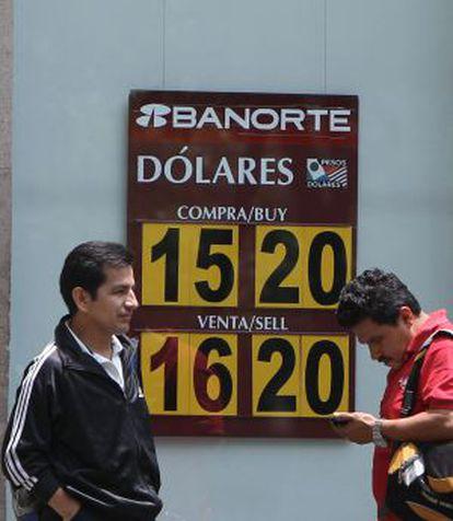 Un banco mexicano muestra el tipo de cambio.
