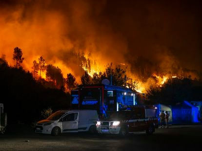 Trabajos de extinción del fuego en Ribas de Sil, la madrugada del martes.