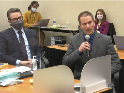 El abogado Eric Nelson  (a la izquierda) y su cliente, el expolicía Derek Chauvin, en el juzgado del condado de Hennepin, Minneapolis, el pasado 14 de abril.