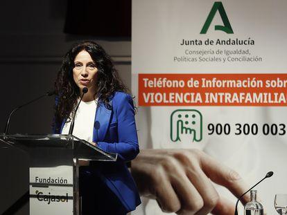 """La consejera andaluza de Igualdad, Rocío Ruiz, durante la presentación del teléfono de """"violencia intrafamiliar"""" de la Junta."""