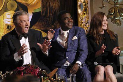 """De izquierda a derecha: Alec Baldwin, Tracy Morgan y Julianne Moore durante la gala homenaje de Spike TV's """"One Night Only: Alec Baldwin""""."""